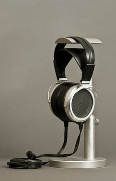The Stax SR-009 is the product of repeated research trip to techology and material search without deviating from our stance to return to live sound and music always with refined sensitivity.