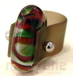 Original rubber bead ring. - Original anillo de goma con abalorio.