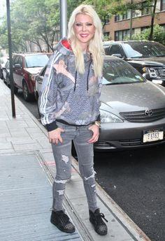 Wątła i zaspana Tara Reid snuje się po nowojorskim chodniku - PUDELEK Tara Reid, Girl Celebrities, Blonde Beauty, Eye Candy, Sporty, Punk, Stars, Beautiful, Fashion