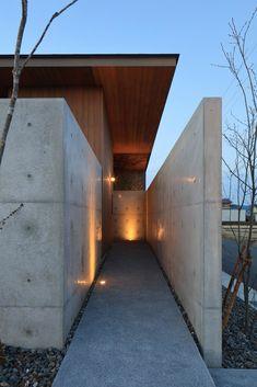 Concrete Pave with loose stones border Modern Entrance, House Entrance, House Siding, Facade House, Wood Architecture, Architecture Details, Facade Design, Exterior Design, Villa
