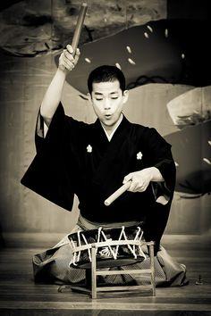 Taiko (drum) for Noh of Kurama Tengu, traditional musical theater, Kawamura / 鞍馬天狗、能、河村 Japan. Yukata, Noh Theatre, Samurai, Nihon, Japan Art, Costume, Japanese Culture, Maneki Neko, Historical Photos