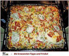 Party - Hackfleischkuchenideal für Silvester Geburtstage o. ä., geht schnell und ist gut vorzubereiten2 kg Hackfleisch2 Paprikaschote(n), rot und grün1 Dose Tomate(n), passierte2 Würstchen (Wiener)1 Dose Mais200 g Käse (z. B. Gouda), gerieben2 Tomate(n)1 Kugel Mozzarella3 Ei(er)50 g Bacon1 Brötchen, altbacken2 EL Senf, mittelscharfer2 EL, gestr. Gewürzmischung (Hackfleischgewürz) Salz und Pfeffer Oregano Basilikum1 große Zwiebel(n) evtl. Knoblauch Fett für das Blec...
