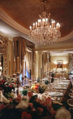 Wonderful formal dining room - would have to seat around 20 or have space for extension tables! Love the warmth and chandelier. Elegant Dining Room, Beautiful Dining Rooms, Luxury Home Decor, Luxury Homes, My Home Design, House Design, Elegant Dinner Party, Formal Dinner, Design Lounge