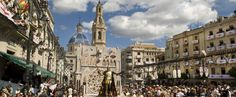 Llegada del desfile el Día de las Entradas a la Plaça d'Espanya en Fiestas de Moros y Cristianos de #Alcoy #Alcoi #MorosyCristianos