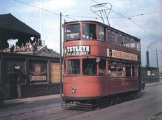 Tramcar heading back towards the city.meanwhile a pocket of supporters in the corner of the Lowfields stand watch Utd grind out a win against Fulham. Old Pictures, Old Photos, Leeds England, Leeds United Fc, Leeds City, Cars Uk, South Yorkshire, London Transport, Old West
