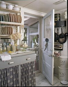 Shirred fabric on bottom cabinets, dish rack, hanging pots & other details create charming English country cottage decor Cozinha Shabby Chic, Estilo Shabby Chic, Cottage Kitchens, Home Kitchens, French Kitchens, Country Kitchens, Farmhouse Kitchens, Farmhouse Ideas, Country Farmhouse