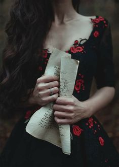 Black hair, pale skin, black dress with roses. Black hair, pale skin, black dress with roses. Story Inspiration, Writing Inspiration, Character Inspiration, Boho Inspiration, Business Inspiration, Character Design, Lizzie Hearts, Yennefer Of Vengerberg, Witch Aesthetic