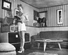Lila Leeds with records and phonograph at her home shortly after the raid in which she and Robert Mitchum were arrested for marijuana possession in Moda Vintage, Vintage Love, Retro Vintage, Vintage Music, Pin Up, Vintage Glamour, Vintage Beauty, Leeds, 1940s Fashion