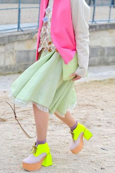 12 Lessons Learned From Fashion Week Street Style - Discover More Street Chic Neon Shoes, Funky Shoes, Top Mode, Eccentric Style, Bubble Style, Street Style Trends, Mellow Yellow, Street Chic, Paris Street