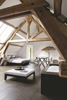 jolie chambre dans les combles, sol en planchers en bois, deco chambre sous comble