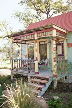 Enjoy organic coffee on your private porch at Park Lane Guest House in Texas. Kinda resembles a Tiny Texas house, which I love! The Places Youll Go, Places To Go, Houses In Austin, Antique Appraisal, Austin Hotels, Visit Austin, Texas Parks, Cheap Hotels, Country Decor