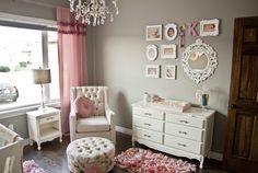 quarto de bebê provençal - uso de papel de parede, espelhos e molduras na parede, cama auxiliar, berço em madeira e luminária clássica. enxoval clássico, enxoval moderno. cinza no quarto do bebê