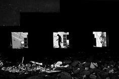 IlPost - Sirte, Ottobre 2011. Un guerrigliero della Rivoluzione durante le operazioni di rastrellamento in un edificio distrutto a Sirte. - Sirte, Ottobre 2011. Un guerrigliero della Rivoluzione durante le operazioni di rastrellamento in un edificio distrutto a Sirte.