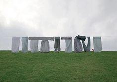 Die macht der bilder. L'artista tedesco Markus Georg ha ideato Die macht der bilder, delle cartoline di paesaggi classici famosi nel mondo, come Stonehenge, la Tour Eiffel, Matterhorn e Le Torri Gemelle di New York, realizzati, però, come particolari installazioni. Via todayandtomorrow.net