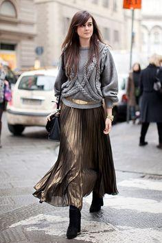 мягкая юбка и пуловер с грубой вязкой ,косы