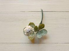 白詰草1輪のブローチ 手染め布の花 はなり