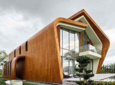 O desenho das casas, com tetos irregulares, é proposital. O vão entre uma parte e outra otimiza a entrada de ar, ventilando o interior da maneira mais orgânica possível, sem a necessidade de ar condicionado. ♻ ♻