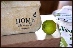 """""""Home the new life"""" - cała prawda wypisana na stylowej, kamiennej donicy."""