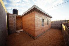 Casa O modelo de vivienda replicable impulsa la autoconstrucción de comunidades afectadas en Los Cabos, México - rammed earth social housing.