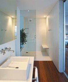a suíte principal, o banheiro aberto para o quarto tem piso de tecnocimento branco, produto resistente à água. A bancada feita de concreto armado recebeu uma camada de tinta epóxi branca. Projeto de Hugo Schwartz e Alexandre Gedeon, da InTown.