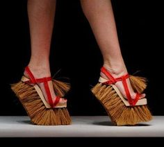 A broom is history; you can now sweep the floor with your shoes! I'm going to make my pretend maid wear these. floor brush shoes , freaky but also kinda cool Weird Fashion, Fashion Shoes, Fashion Art, Crazy Shoes, Me Too Shoes, Weird Shoes, Funny Shoes, Moda Vintage, Unique Shoes