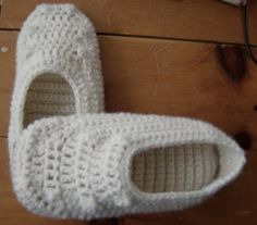 doubled sole - free pattern - I'D THOUGHT OF USING OTHER MATERIAL FOR THE SOLES, AND THOUGHT OF COATING THE SOLE OF SLIPPERS, BUT I'D HONESTLY NEVER THOUGHT OF A DOUBLE SOLED SLIPPER...... GREAT IDEA!
