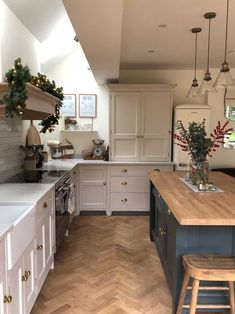 Hellooo to the weekend. A photo of a tidy kitchen before we came downstairs to make waffles for breakfast this morning 😋 Open Plan Kitchen Dining Living, Open Plan Kitchen Diner, Tidy Kitchen, Kitchen Units, Living Room Kitchen, Home Decor Kitchen, My Living Room, Interior Design Kitchen, Home Kitchens