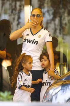 Jennifer Lopez wearing matching Real Madrid soccer jerseys with her twins Max and Emma in Madrid, Spain. He claimed herself as a madridista. Jennifer Lopez, Jen Lopez, Ricky Martin, Madrid Girl, Real Madrid Soccer, Blogging, Cinema, Celebrity Kids, Celebrity Style