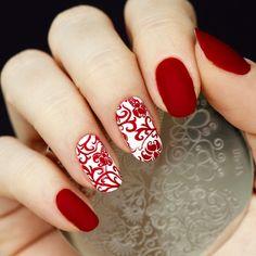 unghie rosse, una manicure particolare grazie alla finitura opaca e alle  decorazioni bianche