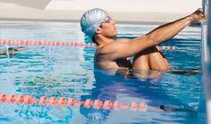 homem segurando na beira da piscina - Foto: Gett Images