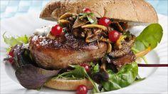 Elgburger med bacon og tyttebær