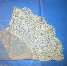 Ca.1850 net undersleeves with a deep flounce of Honiton lace. ModeMuseum Provincie Antwerpen.