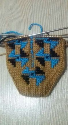 This Pin was discovered by Gül Knitting Patterns, Fair Isle Knitting, Diy And Crafts, Slippers, Christmas Ornaments, Holiday Decor, Posts, Purses, Ganchillo