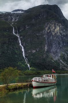 Loen Lake transport in Sogn og Fjordane county, Norway (by crowlem). Oslo, Beautiful Places, Beautiful Pictures, Beautiful Norway, Lofoten, Clear Lake, Wonders Of The World, Places To See, The Good Place