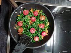 Helppo ja nopea lehtikaali-tomaatti paistos, joka valmistuu nopeasti pannulla! Herkullinen lämmin lisuke, ruokaan kuin ruokaan. #lehtikaalitomaattipaistos #tomaattipaistos #kasvisreseptit #kasvisruoka Pesto