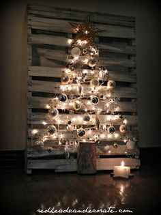 DIY Pallet Christmas Tree w: easy steps, and no wood removal. This is a really unique and fun way to show off your holiday decor. Pallet Tree, Pallet Christmas Tree, Noel Christmas, Rustic Christmas, Christmas Projects, All Things Christmas, Holiday Crafts, Vintage Christmas, Diy Pallet