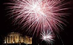 Fogos de artifício explodem sobre o antigo templo Parthenon em Atenas, na Grécia
