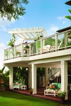 Trex Trim and Trex Pergola provide the perfect architectural detail to this Tropical Collection deck design
