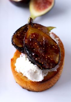 This Fabulous Trio of Crostini is my secret weapon for last minute entertaining! Caramelized Figs with Honey and Goat Cheese Tomato Mozzarella and Basil with Balsamic Reduction and Tuna Melt with Capers Crostini. Figs With Honey, Fingers Food, Snacks, Appetizer Recipes, Fig Recipes Savory, Recipes With Figs, Cheese Appetizers, Healthy Recipes, Appetisers