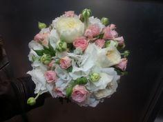 diversas variedades de rosa y hortensia bridal bouquets