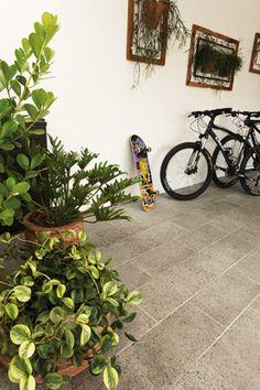 Plantas são uma ótima escolha para transformar a garagem em um ambiente bonito e leve. Crystalli Modular cinza - Arquiteta Soraya Tessaro. Foto Inés Antich.