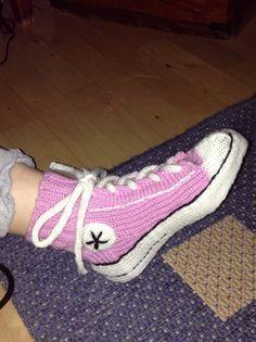 Tennarisukat helppo ohje 7 veljestä converse Crochet Slipper Pattern, Crochet Slippers, Wool Socks, Knitting Socks, Converse Socks, Easy Knitting Patterns, Designer Socks, Diy Crochet, Villas