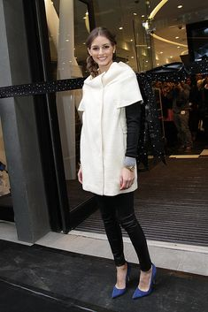 Olivia en blacj&white con los salones azules de Manolo Blahnik.