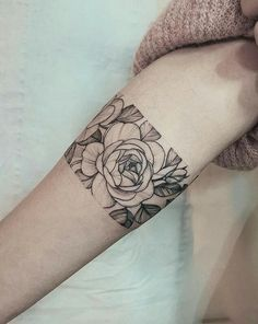80 Floral Tattoos You Absolutely Can't Miss A peony armband by Anna Bravo Arm Cuff Tattoo, Detailliertes Tattoo, Form Tattoo, Tattoo Band, Chic Tattoo, Shape Tattoo, Piercing Tattoo, Piercings, Mini Tattoos