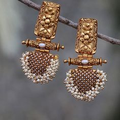 28 Fabulous Diamond Jewelry Sets That Will Leave You Awestruck Gold Jhumka Earrings, Indian Jewelry Earrings, Jewelry Design Earrings, Gold Earrings Designs, Ear Jewelry, Antique Earrings, Diamond Jewelry, Necklace Designs, Earrings