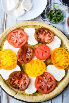 Caprese pizza recipe with colorful heirloom tomatoes, chunky delicious slices of fresh mozzarella, and basil leaves, the BEST and FRESHEST Caprese Pizza! Vegetarian Recipes Dinner, Vegan Dinners, Pizza Recipes, Side Dish Recipes, Healthy Dinner Recipes, Appetizer Recipes, Most Delicious Recipe, Yummy Yummy, Caprese Pizza