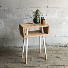 Ontwerp van Arjen: tafeltje van OSB met doorgestoken pootjes, eiken omlijsting en zwart rubberen ringen om de poten op hun plek te houden / Small side table with legs going straight through the OSB wood, with oak framework and black rubber rings to hold the legs in place. Design by Arjen for 'De zussen van zelf'.