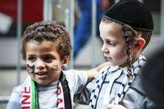 Filistin'in çözümü iki tarafın birbiriyle kardeş edilmesidir. İsrail ve Filistin halkını birbirleriyle barışıp, dost kardeş olmaları için teşvik etmek lazım. Kavgayı körükleyen her konuşmadan kaçınmak gerekir. Kavgayı bir an önce yatıştırmak hayatidir. İki halk da aynı peygamber soyundan. Her ikisi de Hz. İbrahim'in evladı. İki peygamber evladı olan halkı barıştırmak bizim sorumluluğumuz. Uçsuz bucaksız o …