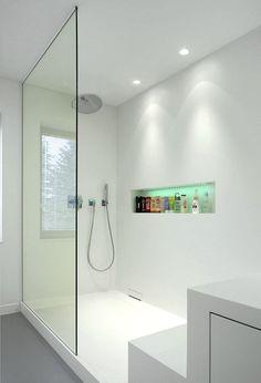 una doccia illuminata con due faretti led bianchi
