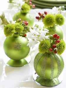 globuri cu flori aranjament pentru masa de craciun
